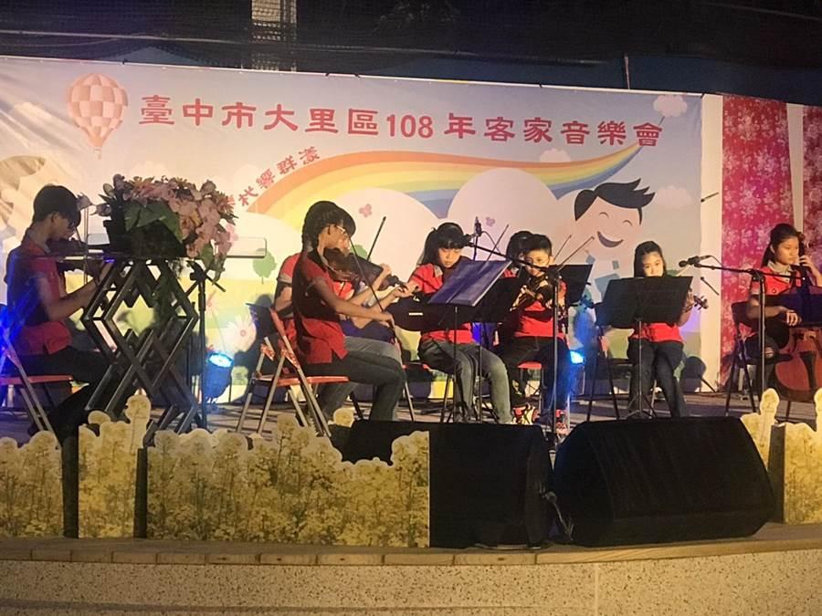 客家音樂會,透過音樂、舞蹈、戲劇等豐富方式,傳承客家精神。(大里區公所提供/陳世宗台中傳真)