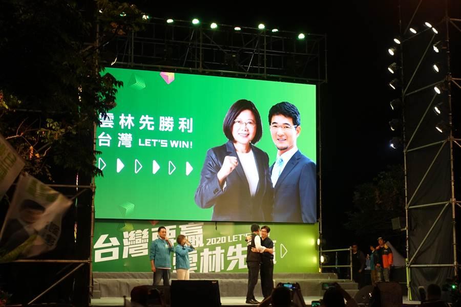 陳其邁(右一)8日演講酸溜溜,最後與劉建國(右二)擁抱展現暖男形象。(周麗蘭攝)