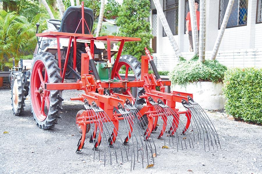 花蓮農改場推出除草機具,可讓農民附掛在插秧機上,易於操作也讓農民負擔的起。(王昱凱攝)