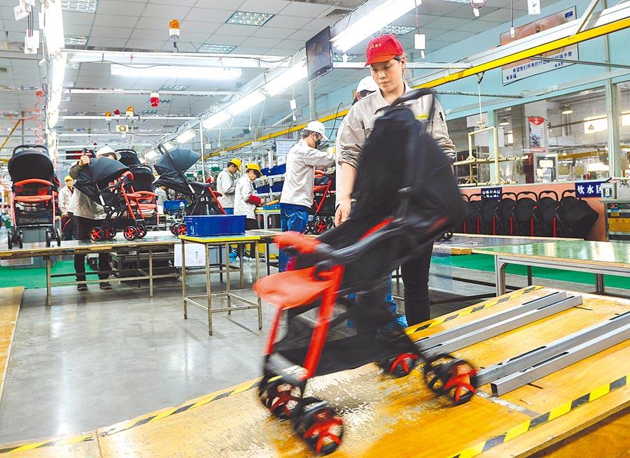 2016年4月18日,江蘇昆山好孩子集團生產線的質檢人員對產品品質進行檢測。(新華社)