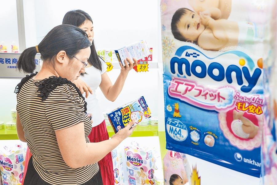 婦女在廣州南沙跨境直購體驗中心選購母嬰用品。(中新社資料照片)