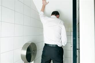 上廁所噴「血尿」小心!醫揭1關鍵是罹膀胱癌前兆:南部盛行率很高