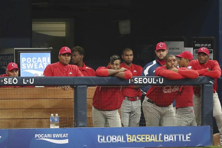 古巴球員在休息區看球。(美聯社資料照)