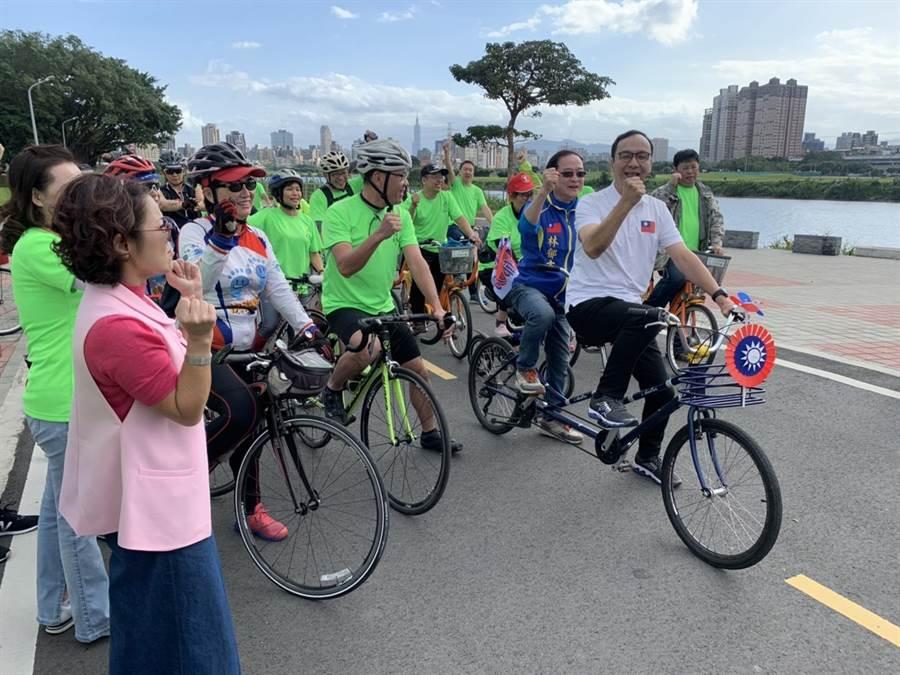 前國民黨主席朱立倫與前立委林郁方赴馬場町紀念公園,參與里民親子單車漫遊活動。(張薷攝)