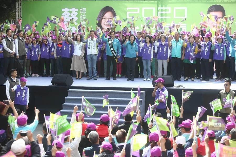 蔡英文總統今(9日)上午10時許前往新北市板橋區參加「蔡英文總統、立委羅致政連任競選總部」成立大會。(杜宜諳攝)