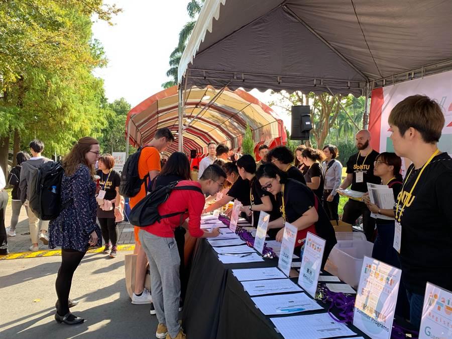 「2020/2021年度國立臺灣大學海外教育展」於今(9)日舉行,吸引超過100個姊妹校前來攤位參展。(台大提供/李侑珊台北傳真)