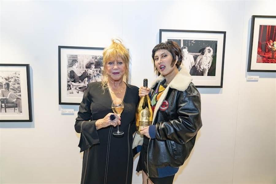 貝蒂伯伊德(左)在何超儀的策劃下至香港舉辦「George,Eric & Me」攝影展。(852 Films提供)