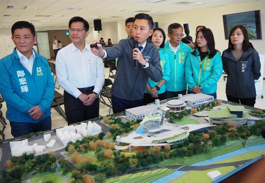 新竹市長林智堅(中)榮獲有景觀界奧斯卡之稱的「亞太區景觀建築傑出人物獎」,是台灣獲得此獎肯定的第1人。(陳育賢攝)