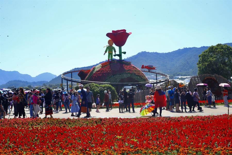 台中國際花毯節9日在新社登場,上千民眾湧入爭睹「小王子玫瑰星球」。(陳淑娥攝)