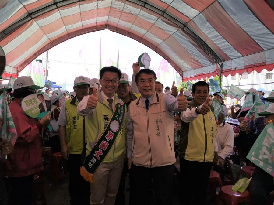郭國文9日上午於玉井舉辦競選總部成立大會,黃偉哲趕來輔選。(劉秀芬攝)