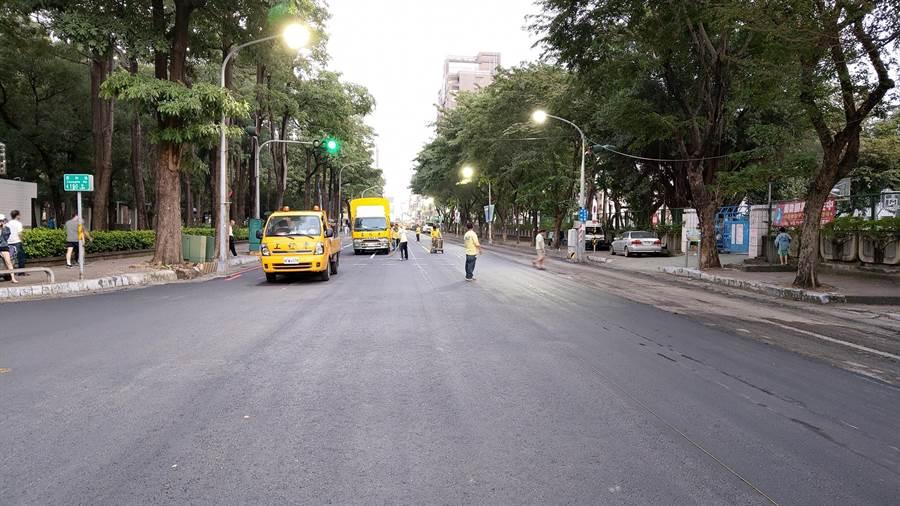 市民貼出高雄市澄和路鋪路照片,證明市長韓國瑜雖然請假參選,但市府團隊仍有效率解決路平問題。(擷自臉書)