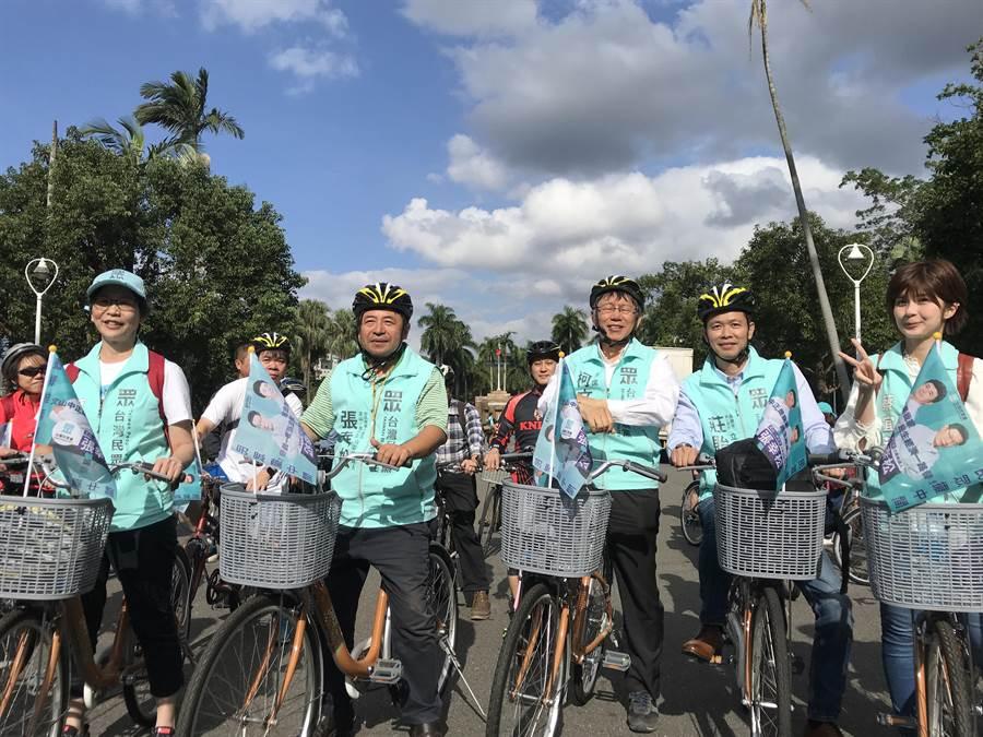 民眾黨主席柯文哲和民眾黨立委參選人在台大校門口騎自行車前往文山區遊行造勢。(陳俊雄攝)