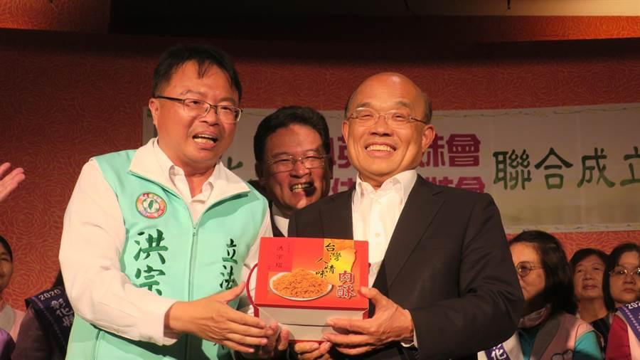 洪宗熠(左)送上豬肉酥,感謝蘇貞昌(右)成功防堵非洲豬瘟疫情入侵台灣,守護台灣豬。(謝瓊雲攝)