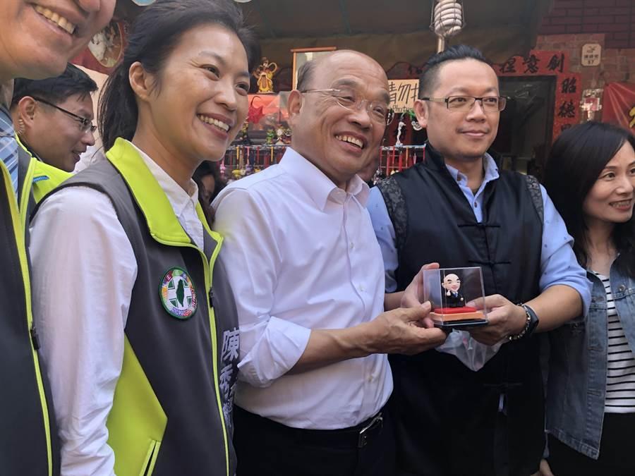 蘇貞昌(中)至鹿港為陳秀寶(左)輔選,受到大批支持者歡迎,還送上電火球公仔,輔選人氣紅不讓。(謝瓊雲攝)