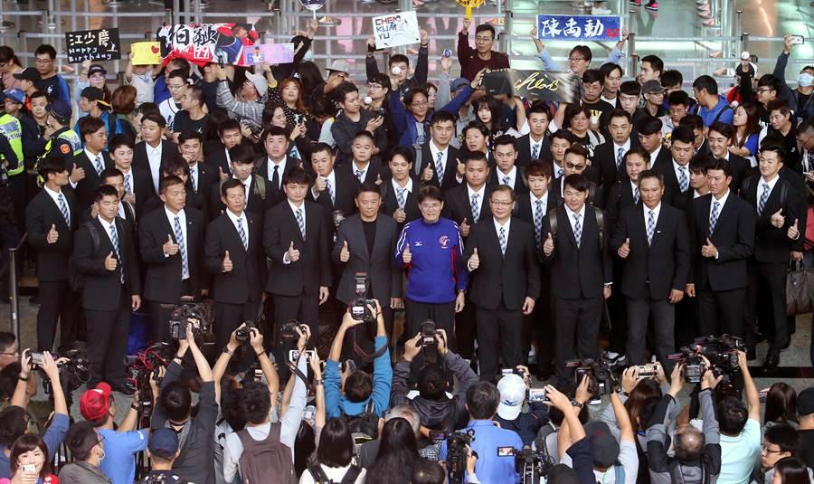 世界12強賽中華隊啟程赴日,在桃園機場出境大廳中,全體球員在大批球迷包圍下合影留念,並為自己加油打氣。(范揚光攝)
