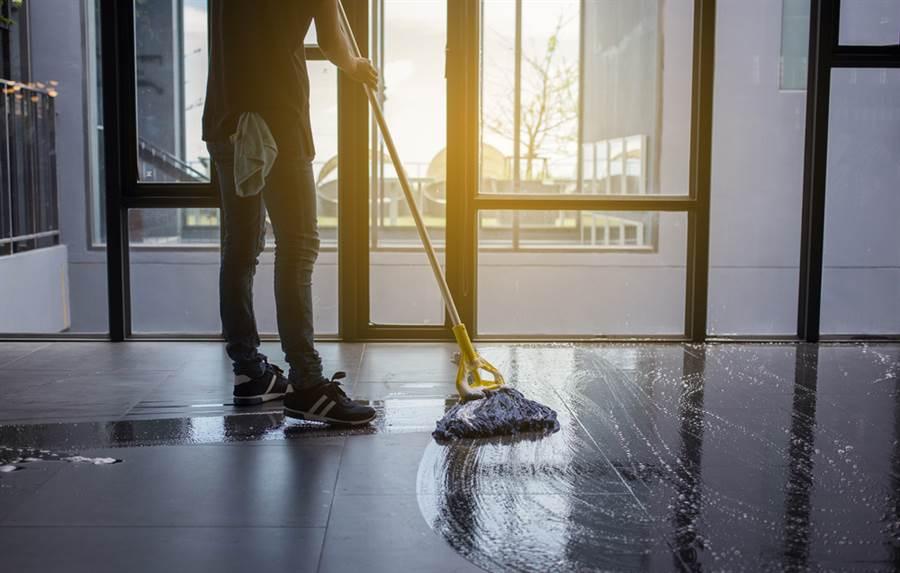 美國一家店員打算用清潔劑拖地,沒想到接觸清潔劑後中毒死在餐廳。(圖/達志影像)