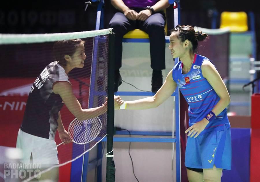 戴資穎(右)受傷退賽,向對手奧原希望致意。(Badminton Photo提供)
