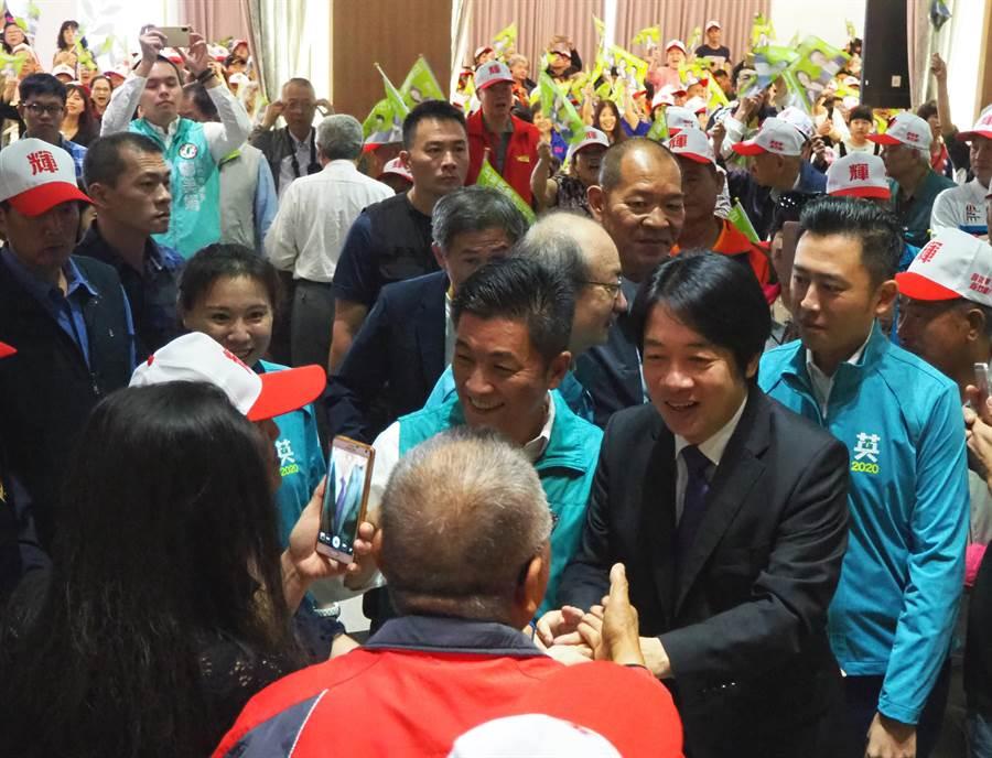 前行政院長賴清德(右二)9日在民進黨總統黨內初選過後首次來到新竹市力挺黨籍立委參選人鄭宏輝,其到場時受到大批支持者熱烈歡迎。(陳育賢攝)