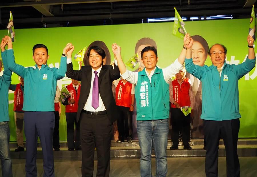 賴清德(左二)9日到新竹市力挺黨籍立委參選人鄭宏輝(右二)。(陳育賢攝)