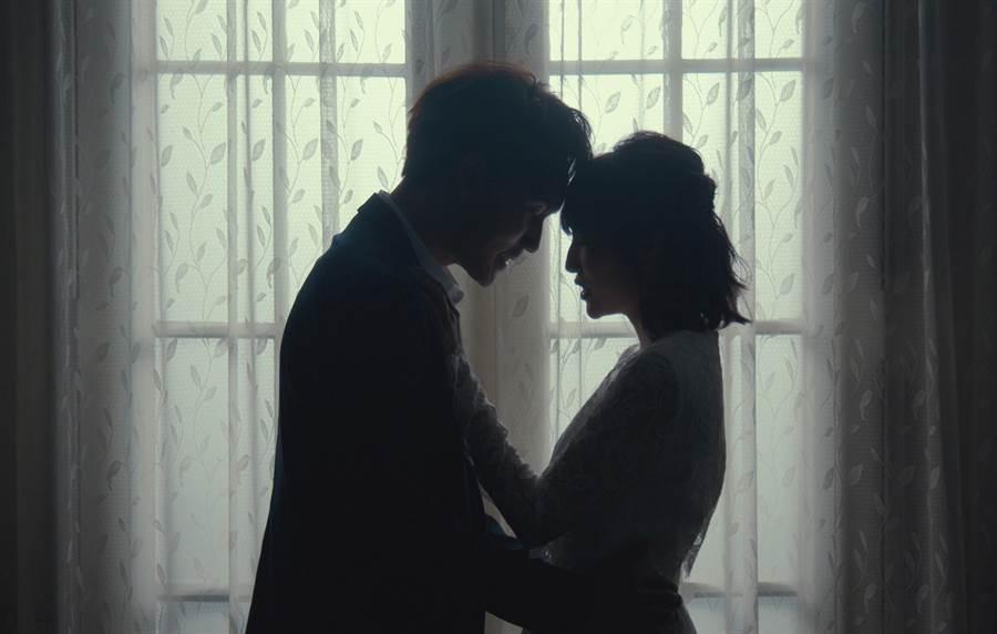 潘嘉麗和周定緯合唱新單曲〈唯一的理由〉,兩人在MV中許多親暱互動。(摩得娛樂提供)