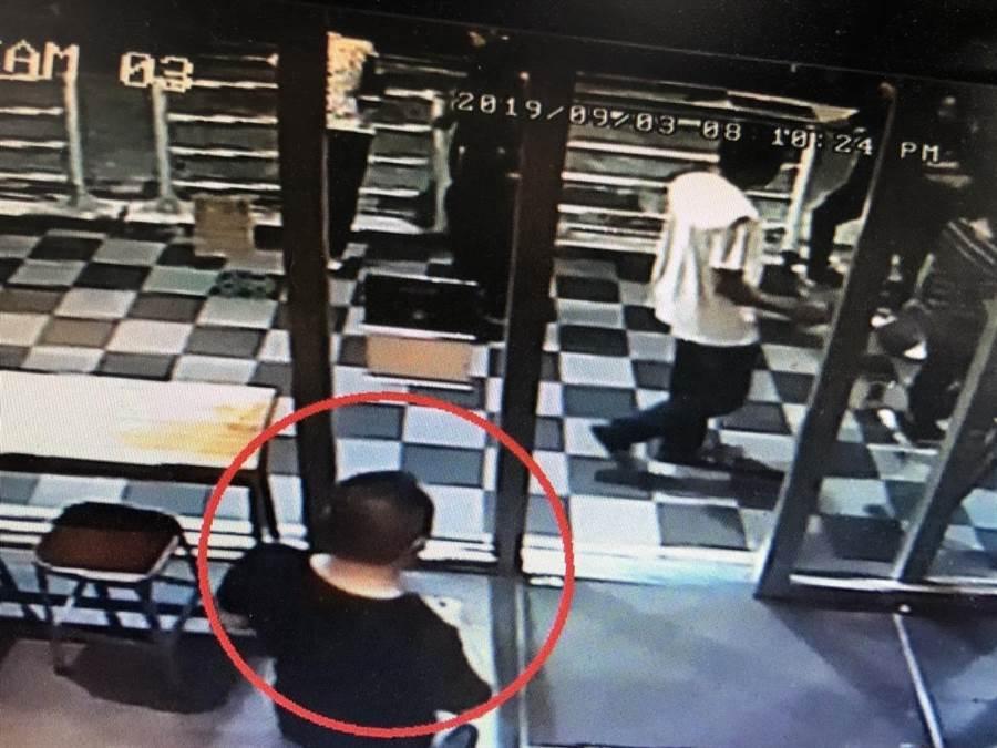 劉姓男子在咖啡廳遭人押走。(警方提供/陳鴻偉台北傳真)