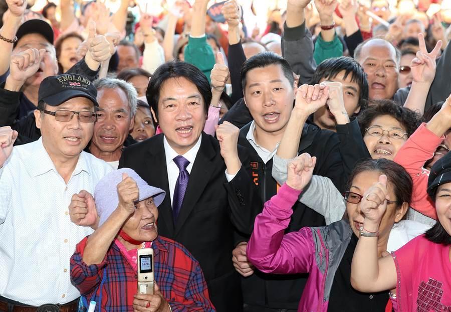 前行政院長賴清德(中左)9日前往萬華為立委參與人林昶佐(中右)站台,並與民眾一同合影。(姚志平攝)