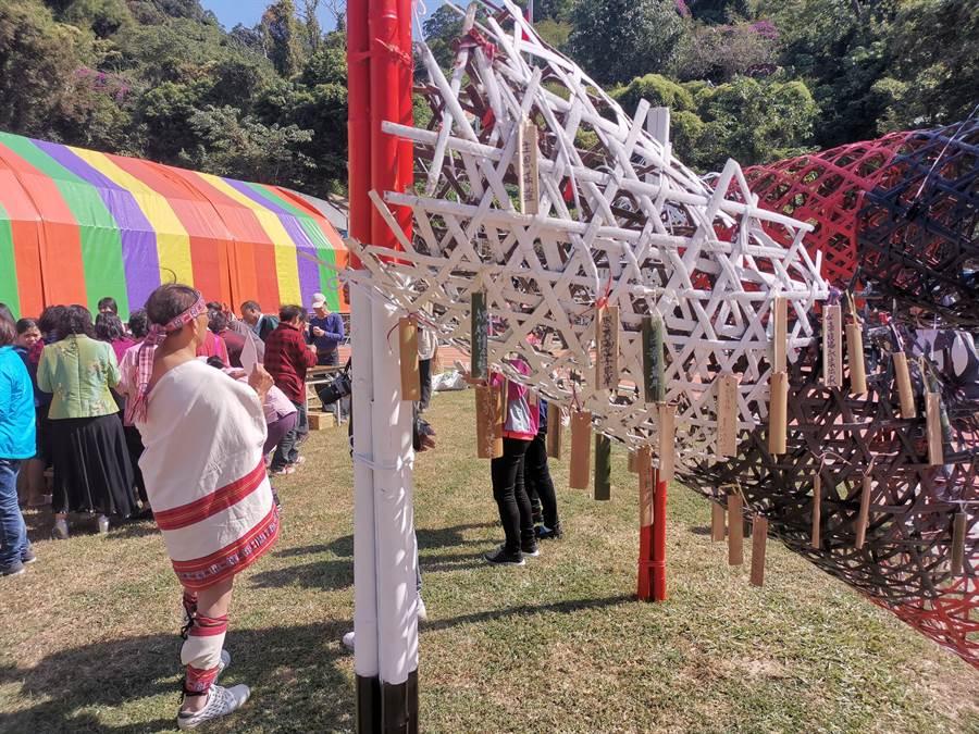 鯉魚潭村巴宰族過年設有祈福架,讓民眾可以將願望寫在竹片上祈福。〔謝明俊攝〕