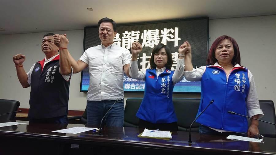 國民黨台南第五選區立委參選人蔡淑惠(右二)在前台北縣長周錫瑋(左二)陪同下,跳出來譴責同區競選的民進黨立委林俊憲。(程炳璋攝)