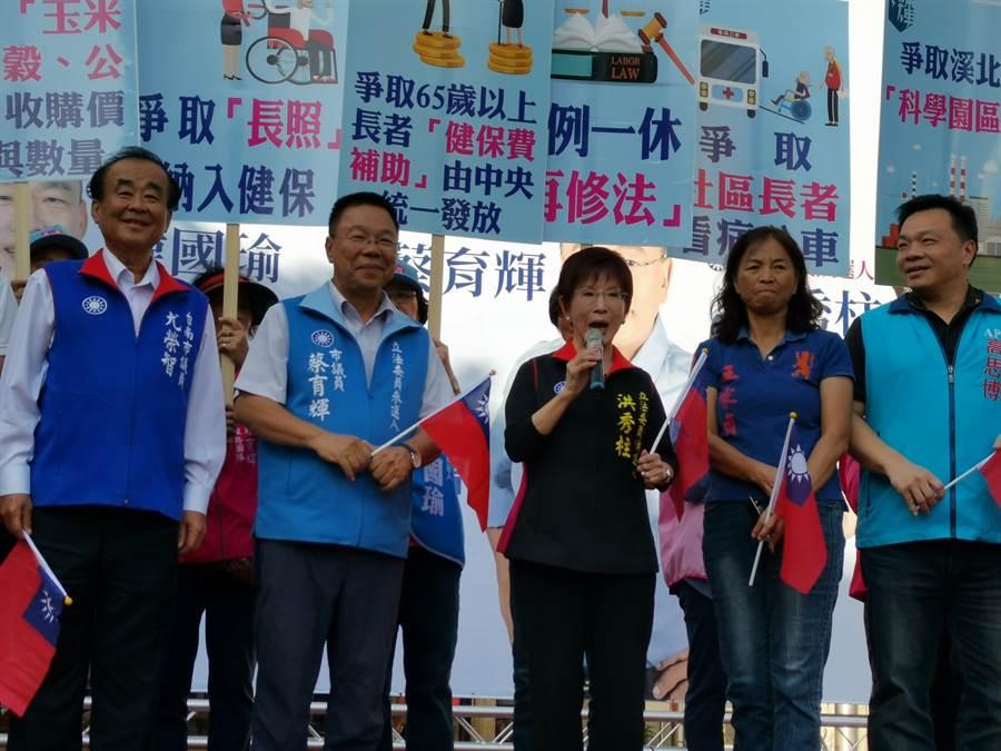蔡育輝(左二)因對國民黨不分區立委名單有意見被批,洪秀柱(左三)站台時為他抱屈。(劉秀芬攝)