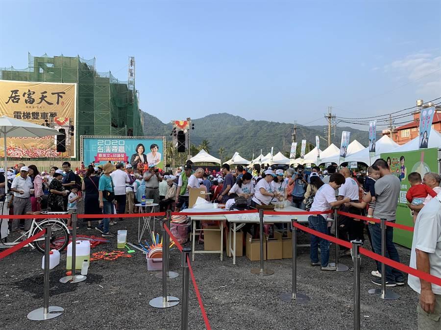 立委邱議瑩競選服務處成立,這次特別以園遊會方式邀請鄉親同樂,氣氛與以往造勢晚會截然不同。(林雅惠攝)