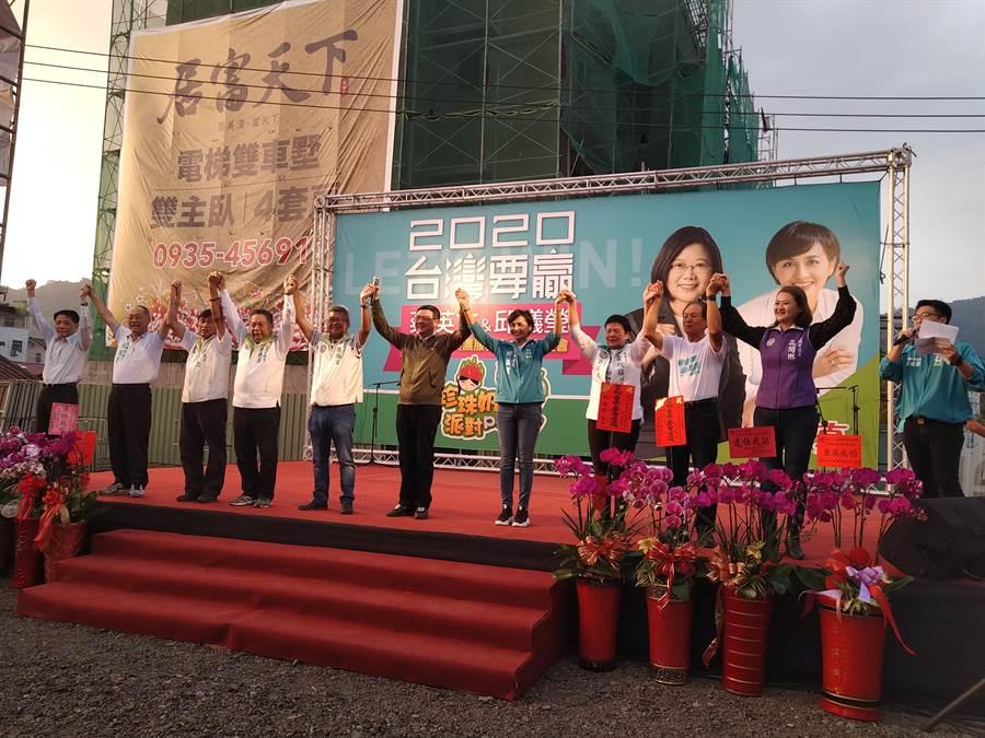 行政院副院長陳其邁、民進黨黨主席卓榮泰、台灣觀光協會會長葉菊蘭等人到場助陣支持,展現對立委參選人邱議瑩的高度支持及肯定。(林雅惠攝)