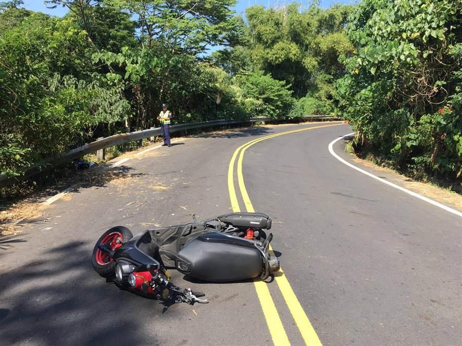 嘉義19歲機車騎士疑過彎沒減速摔車,送醫不治。(讀者提供/張毓翎嘉義傳真)