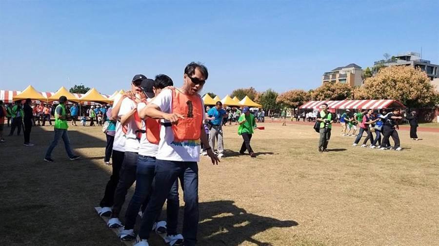大毅建設總經理林隆深9日與員工一起參加家族運動競賽。(圖/曾麗芳)