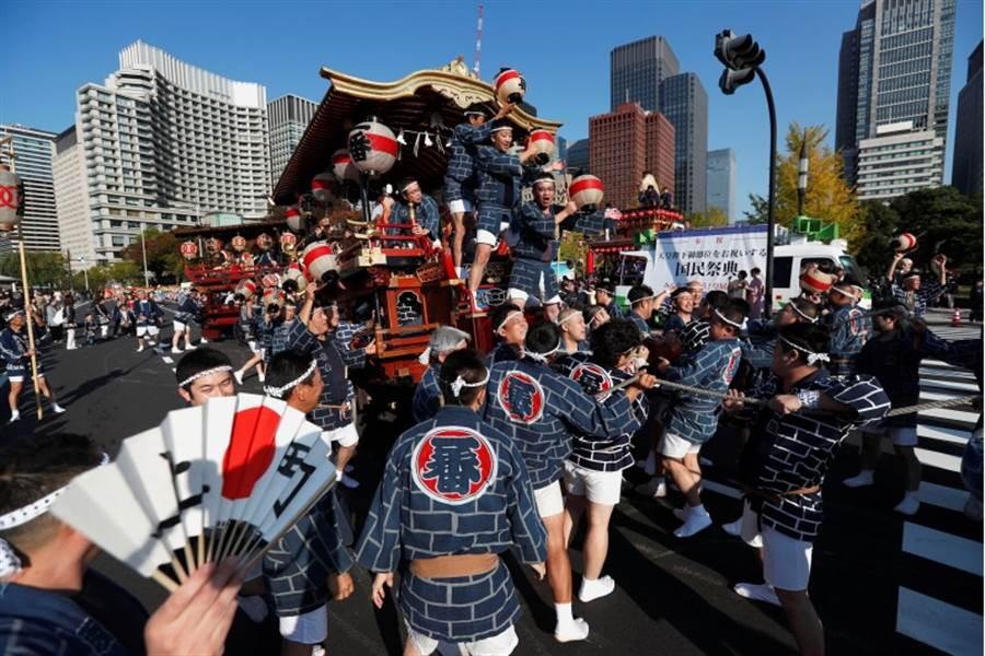 日皇德仁即位遊行「祝賀御列之儀」10日登場,9日舉辦了慶祝活動。(路透)