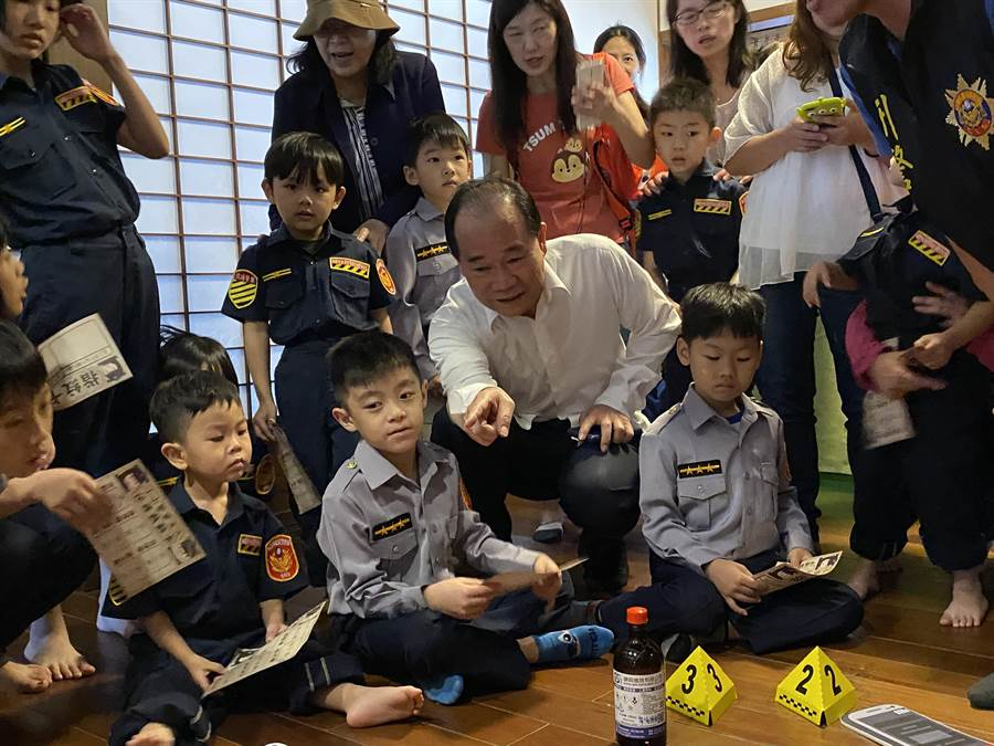 警察局長陳國進也和幼童同樂。(蔡依珍攝)