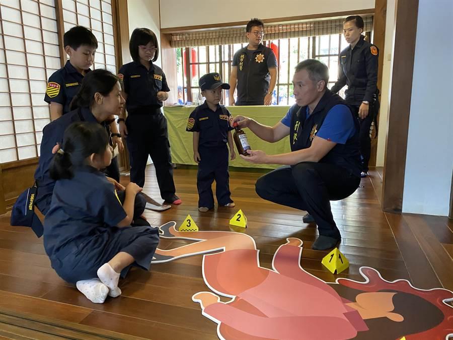 桃園市文化局9日結合警察局,舉辦「一日警察計」體驗活動,邀請學齡前幼童穿上警察制服闖關辦案。(蔡依珍攝)