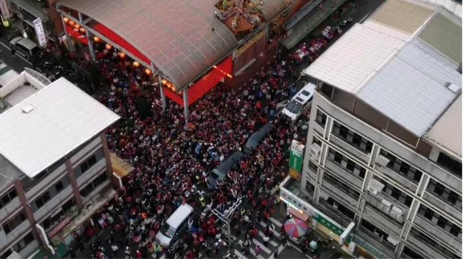 韓國瑜到七堵慶濟宮參拜,周邊人潮擠爆。(翻攝「Johnny Lin空拍」YouTube)