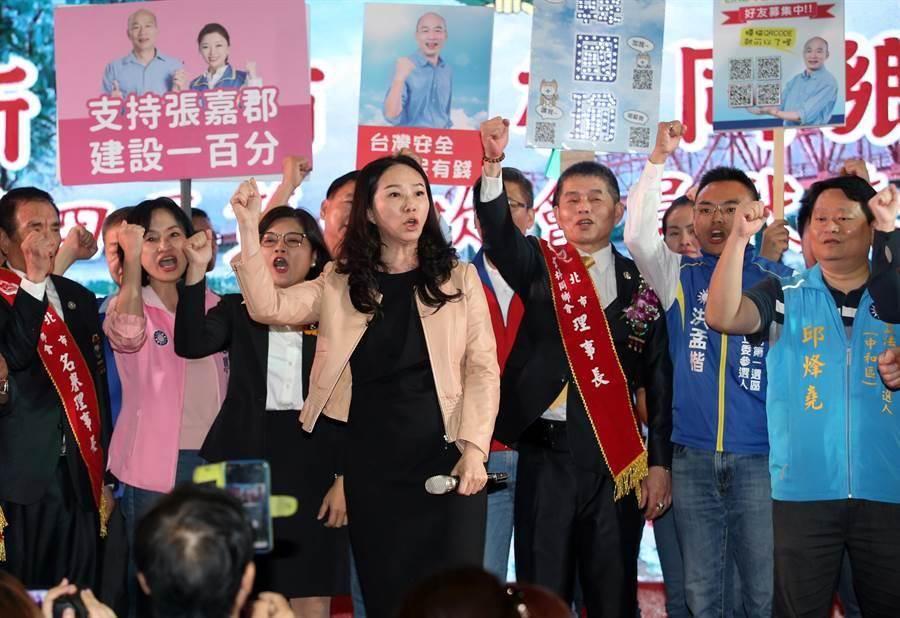 在新北市雲林同鄉會會員代表大會上,出席的高雄市長韓國瑜的夫人李佳芬(中)與雲林同鄉、黨籍立委參選人一同高喊加油。(姚志平攝)