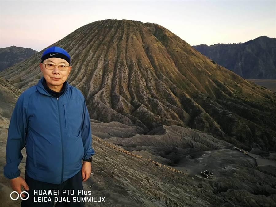 許國慶在印尼泗水Boromo火山群前。圖:許國慶提供