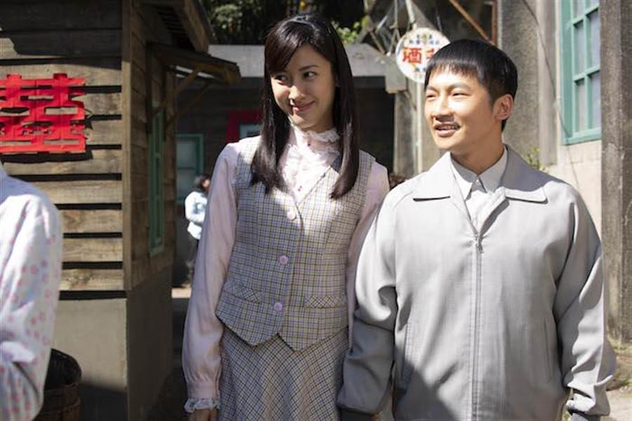 蔡昌憲(右)與身材高佻的田羽安在劇中共譜「長短腳之戀」。公視提供