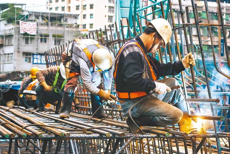 根據勞動部勞保局資料顯示,適用勞基法的勞工中,自願提比例僅6.69%,也就是說未自提退休金的勞工有高達93%都無法享受,而不自提的關鍵原因,竟是低薪。(本報資料照片)