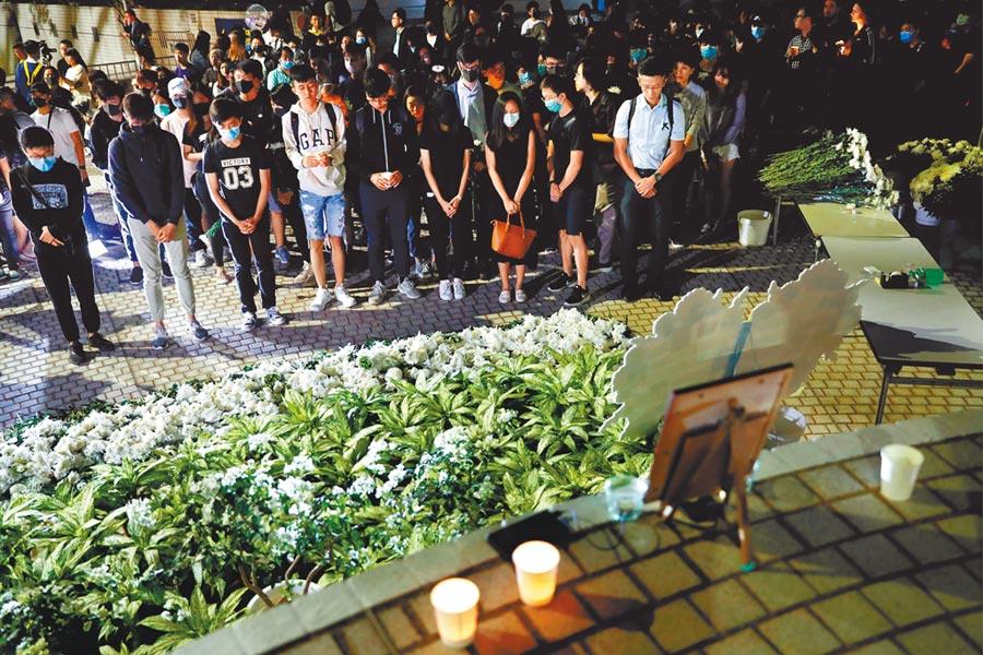 晚間有網友發起「全城悼念周同學」活動,多區同步舉行,晚上8時進行默哀。(路透)