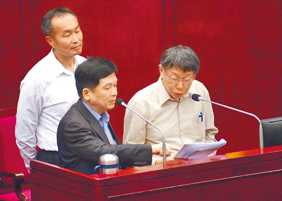 台北市長柯文哲與都發局長黃景茂在議會答詢台上觀看大巨蛋案都審資料。(陳俊雄攝)