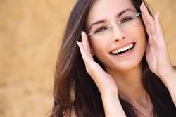 日女性上班禁止戴眼鏡 背後原因挨轟