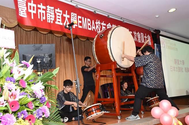「EMBA校友會會員大會」由校友日本太鼓表演揭開序幕,還有靜宜熱舞社、EMBA校友的歌唱、舞蹈表演與摸彩等精彩節目。(陳世宗攝)