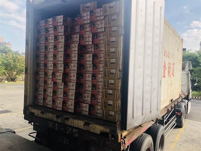 深圳市農產品集團與鑫榮懋集團,透過高雄市上捷國際貿易公司採購高雄農產今天出貨4個貨櫃。(林雅惠攝)