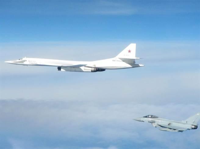 媒體報導,俄羅斯Tu-160轟炸機用加速性能甩開伴飛的F-35。圖為英國皇家空軍颱風戰機攔截Tu-160的照片。(圖/英國皇家空軍)