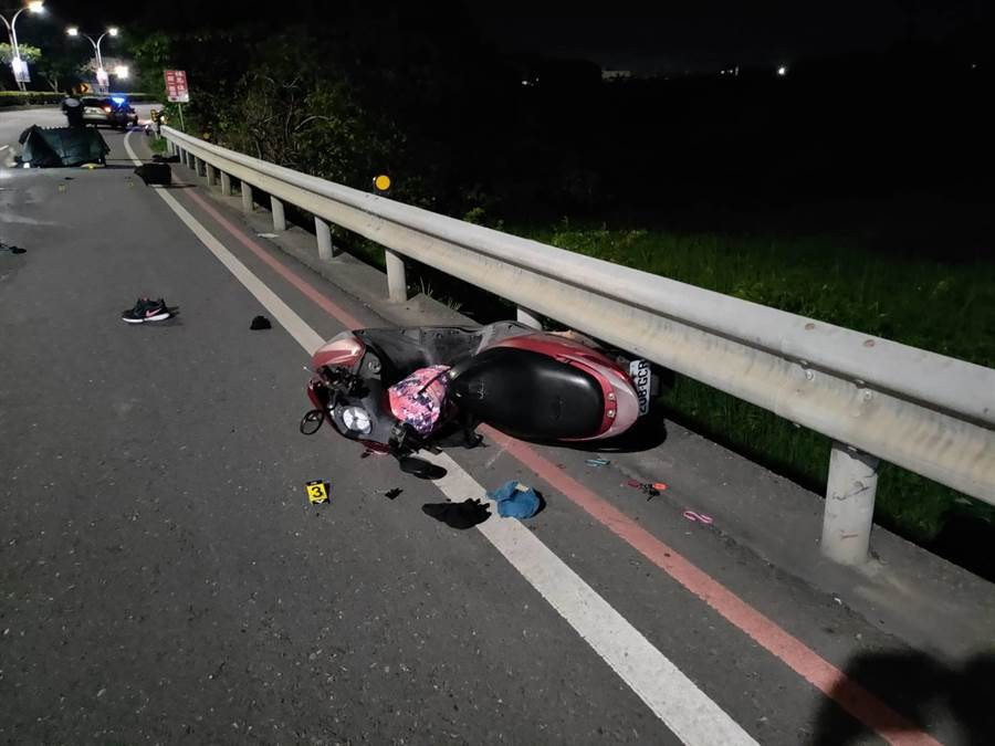 女騎士人車疑似遭大貨車撞擊輾壓,機車毀損嚴重。(翻攝畫面/譚宇哲傳真)