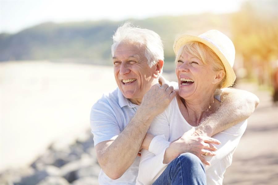 美國德州韓德森夫婦以年齡相加等於211歲又175天超高齡之姿,獲得金氏世界紀錄認證為全球最老夫妻檔。圖為示意圖,非當事人。(示意圖/shutterstock)
