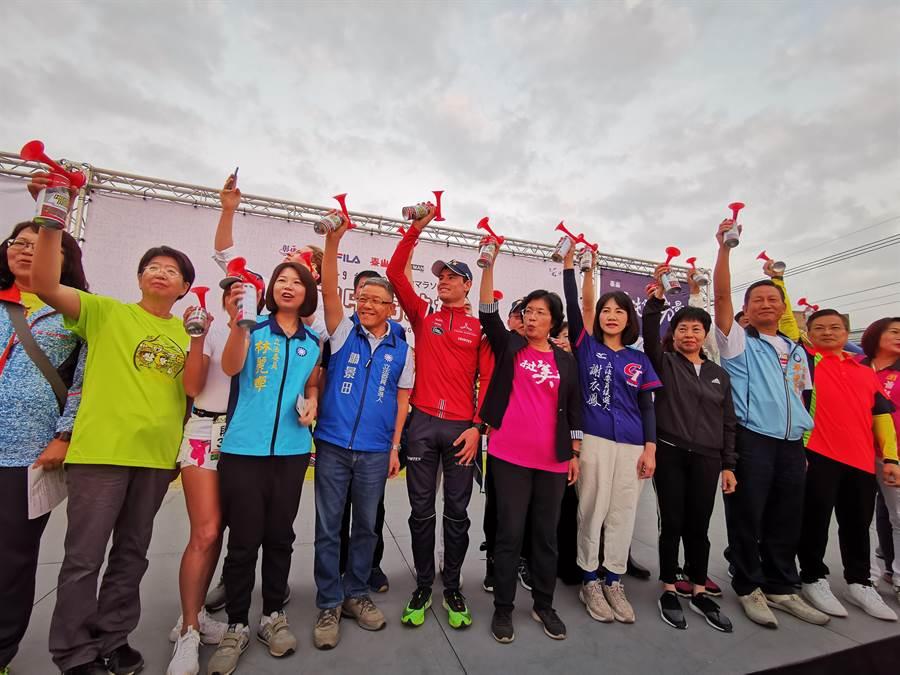 世界鐵人三項冠軍伊登與彰化縣長王惠美今日到彰化田中米倉馬拉松(右6)領跑,除了為現場民眾加油也一起行銷彰化。(吳建輝攝)